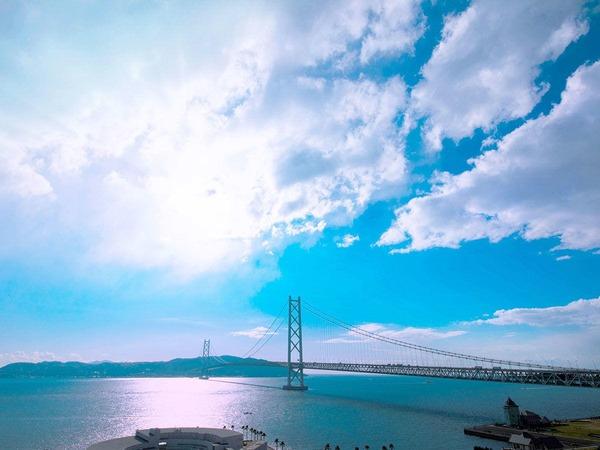 主塔の高さは【約300m】海の先に淡路島