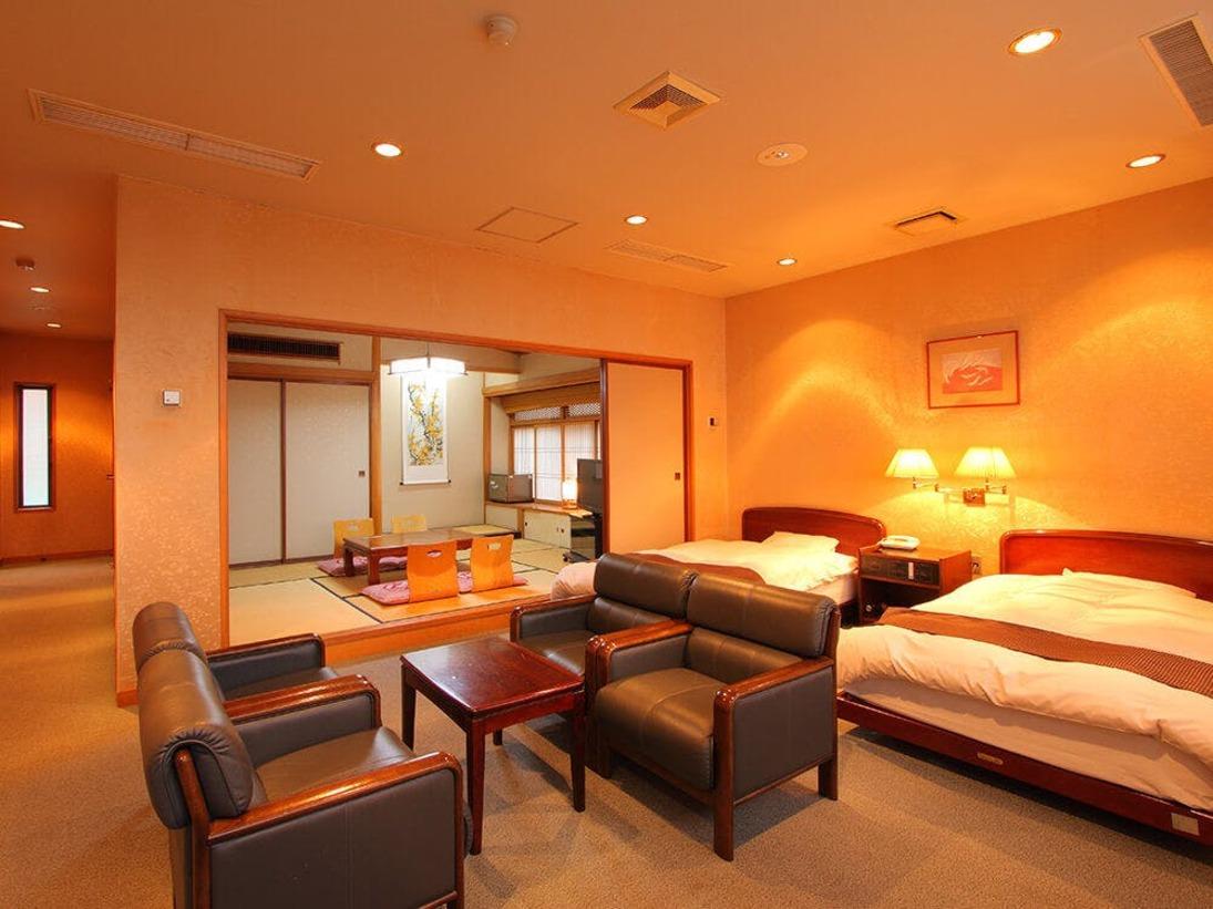 ちょっと贅沢な和洋室は畳スペースが6畳・10畳の2タイプ。ご家族でのご宿泊はもちろん、お二人だけでちょっと贅沢な気分も。ベットでもお布団でもお好きな方をお選びください。