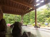 開放感満点!森を感じる男性用露天風呂。
