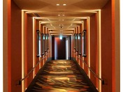 チェックインラウンジから幻想的なスカイウォーク(渡り廊下)を抜けて客室棟へ。