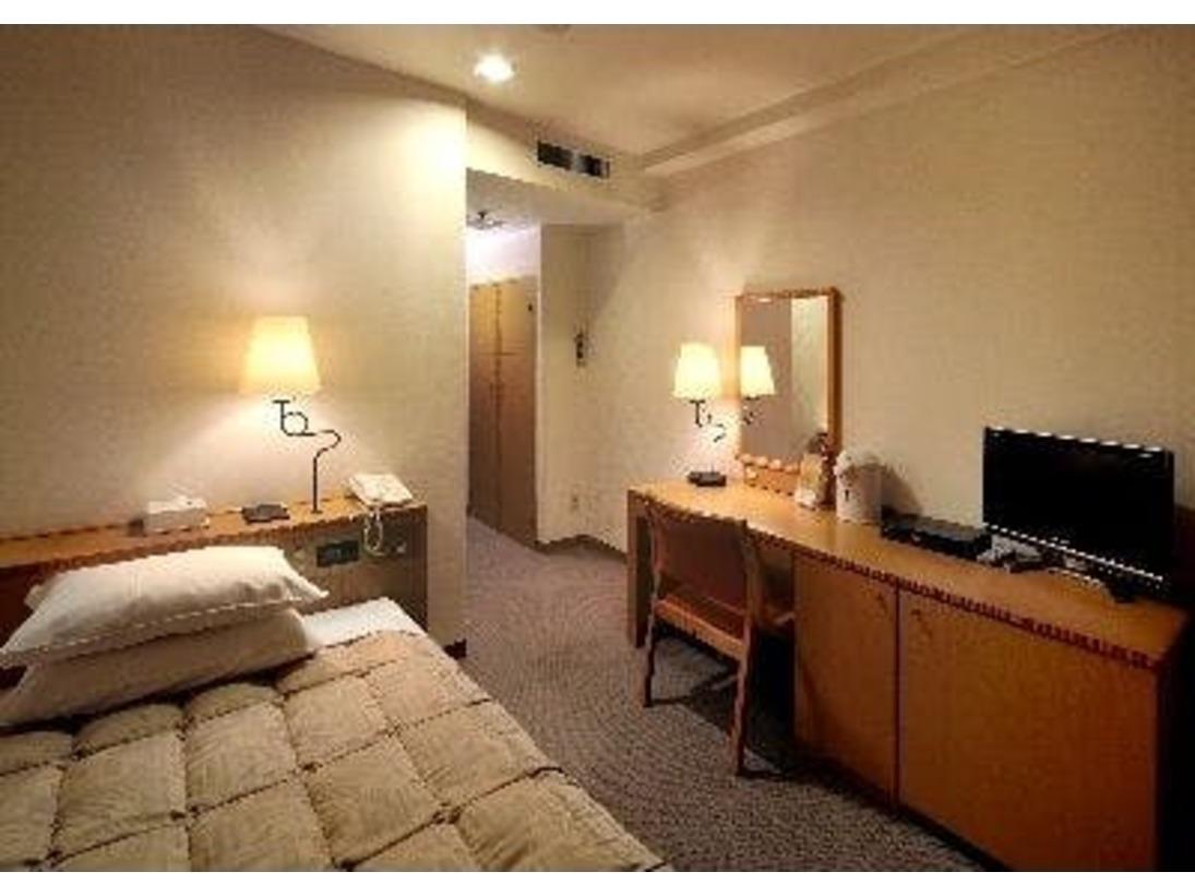 シングルルームでございます。広さは15.2平方メートル。