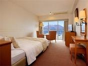 9階以上のダブルルーム。広さは、21.7平方メートル。客室からは雄大な桜島がご覧いただけます。