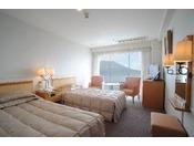 低層階(5~8階)ツインルームでございます。広さは、21.7平方メートル。窓からは、雄大な桜島をご覧いただけます。