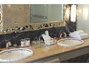 ロイヤルスイートルームの洗面台でございます。