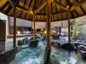 檜の大屋根が特徴の、1階「天地の湯」露天風呂