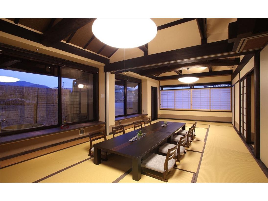 4階特別客室、2つの露天風呂と高い天井に自慢の梁が・・・