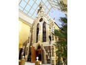 チャペル:セントサイモンゼロテスロンドンの高級住宅街チェルシーに実在する教会を忠実に再現したチャペル。トップライトから差し込む自然光の中佇む、温かみを感じさせる「ハニーストーン」で仕上げられた外観が印象的です。
