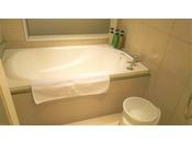 ダブルルーム限定の洗い場と独立型バスルーム。