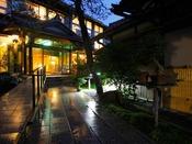ゆったりと快適にお過ごし頂ける寛ぎの空間。「和」の調度も落ち着いた雰囲気を演出、客室でのお籠り旅行に。