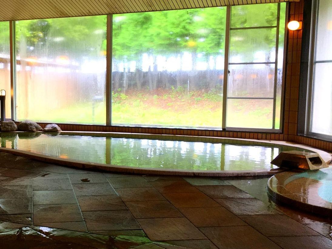 温泉は無色透明な自家源泉です。弱アルカリ性低張性鉱泉で肌当たりが良く、なぜか?湯冷めしにくいとのお声も頂いております☆