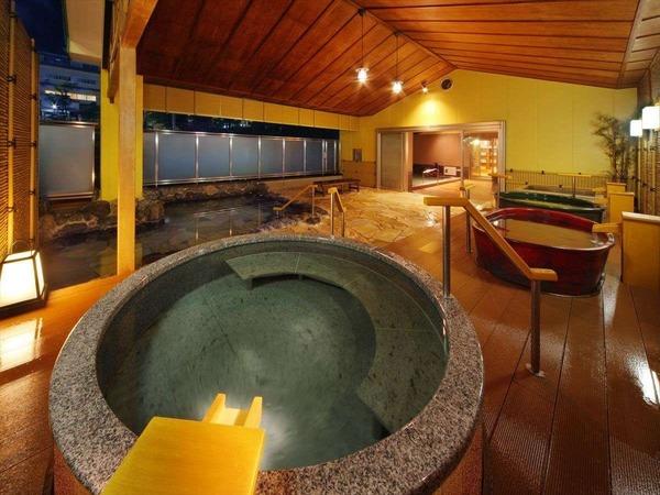 6種類・7つの湯船に浸る大露天風呂。