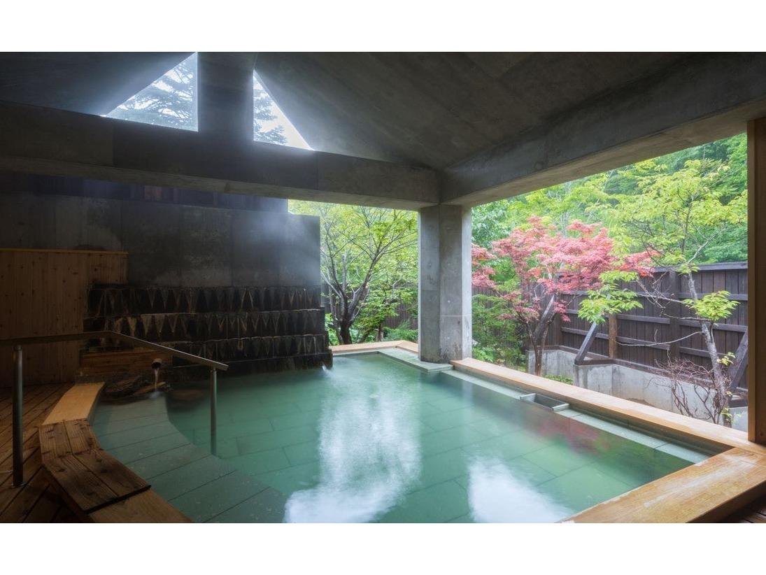 大浴場2階「花天の湯」~四季折々の景色を肌で感じる開放感たっぷりの露天風呂