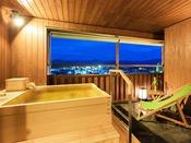 """初音・浮舟(お風呂)最上階で湯あみが楽しめる露天風呂。ゆったり流れる時間に身を委ねて、""""至福の時""""をお過ごしください"""