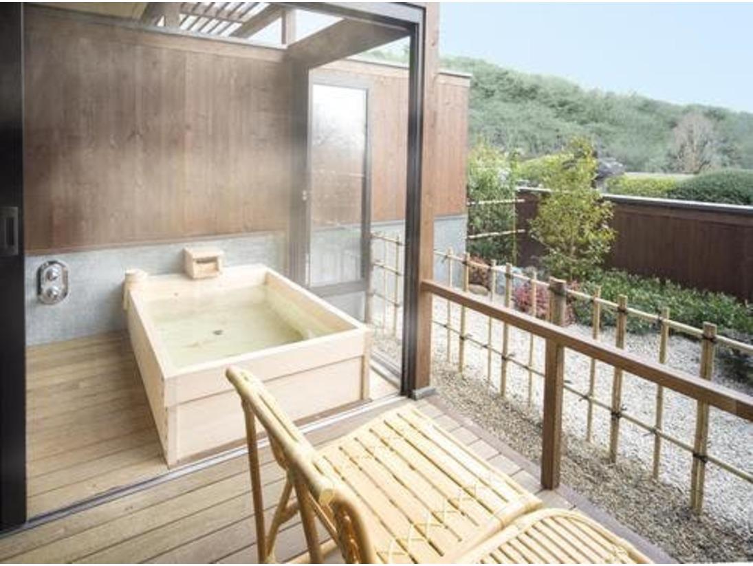 露天風呂付き客室 檜の湯船