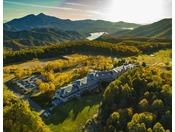 【外観】鮮やかに染まる秋のホテル(上空より)