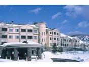 【外観】雪化粧したホテルグランデコ