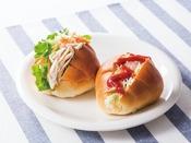 ◆盛り付け例◆お好きなサラダをパンにはさんで、さらに栄養UP!手軽に朝食がとれるクイックメニュー