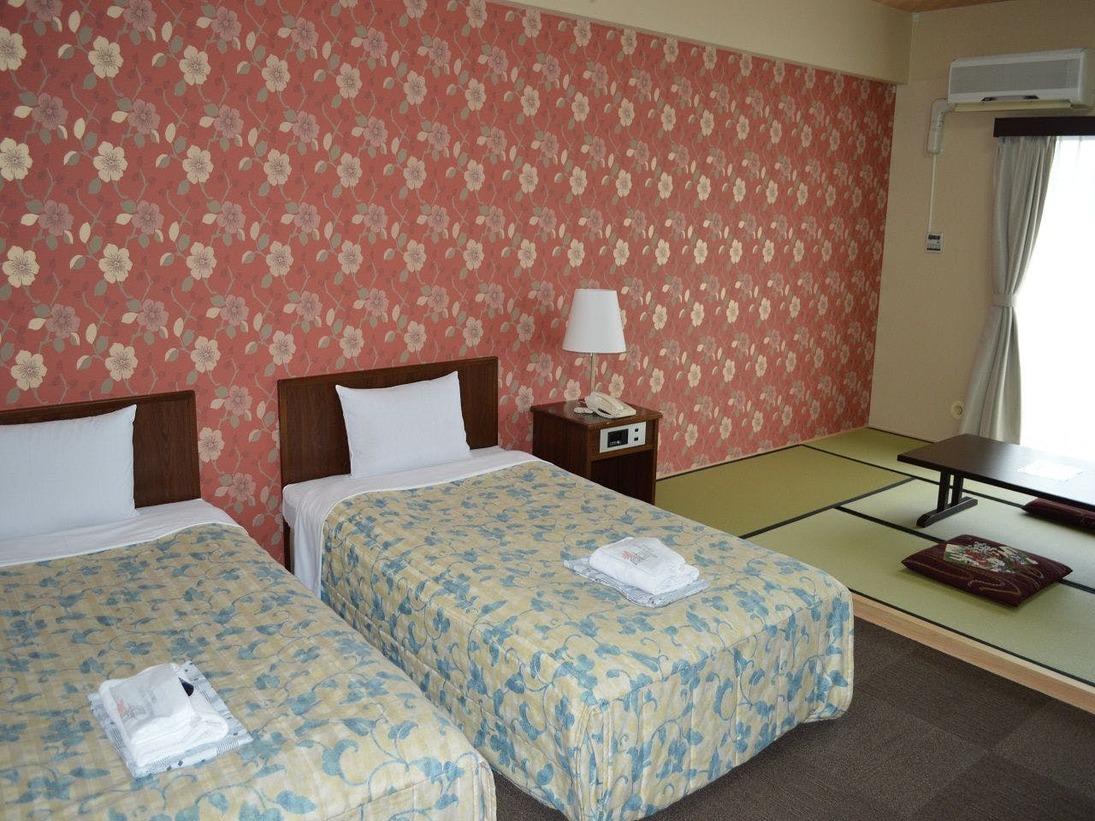 ゆったりとした38平米の和洋室ですベッドはセミダブルベッドを2台ご用意致しております、3名様以上からはお布団をご利用頂きます。お布団敷きはセルフとなっております。