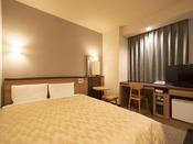 コンフォート ダブル 喫煙(夜)ベッドサイズ1500 × 1960mm 大切な方とのプライベートユースにオススメです。ゆとりのベッドサイズが名古屋観光で疲れた体を癒してくれます。※小学生以下のお子様の添い寝は無料で承ります。