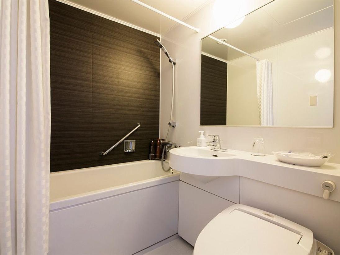 【風呂】バスルーム・ユニットバスをご用意しております。大き目のバスタブが特長です。