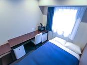 シングルルーム。2名様以上の場合は添い寝でのご利用になります。シモンズ製ベッドを導入しております。