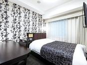 【ダブルルーム12平米】快眠を追及したアパホテルオリジナルベッドを導入(140cm幅)