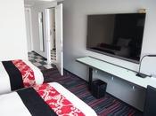 2部屋を行き来できるお部屋です55インチ以上のテレビを設置。VOD(ビデオオンデマンド)・ミラーリングシステムを搭載したハイクオリティの客室です。