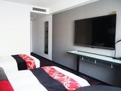 55インチ以上のテレビを設置。VOD(ビデオオンデマンド)・ミラーリングシステムを搭載したハイクオリティの客室です。