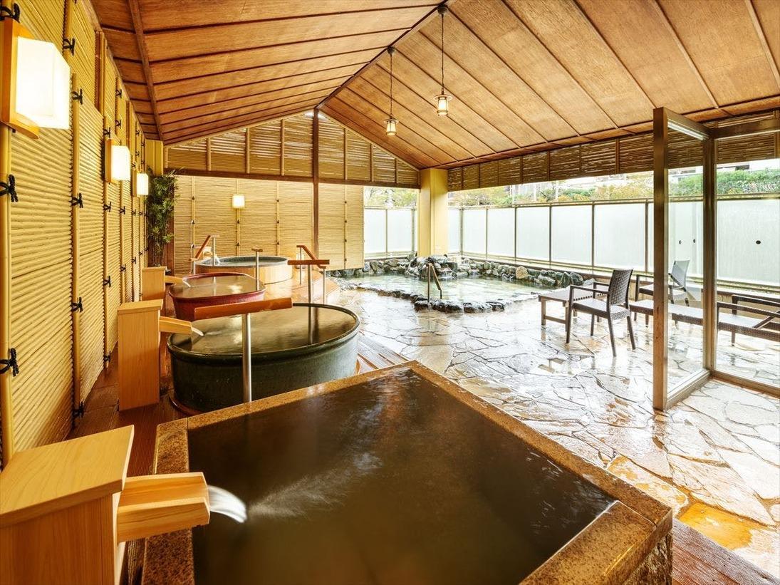 【湯めみの庭】湯船に純金を使用した「伝説の黄金風呂」をはじめ、6種類・7つの湯船に浸る大露天風呂