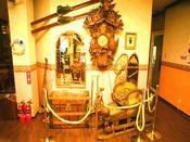 ホテルのあちこちにビンテージの品々や、スイスの画家による絵画が展示されています。