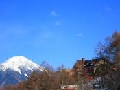 蓼科山に雪が残る早春の山岳ホテル
