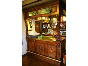 18世紀のバーカウンター家具を実用にする「フロント」