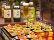 【スイート専用 プレミアムラウンジ】各時間によって変化する種類豊富なアルコールや軽食を堪能。