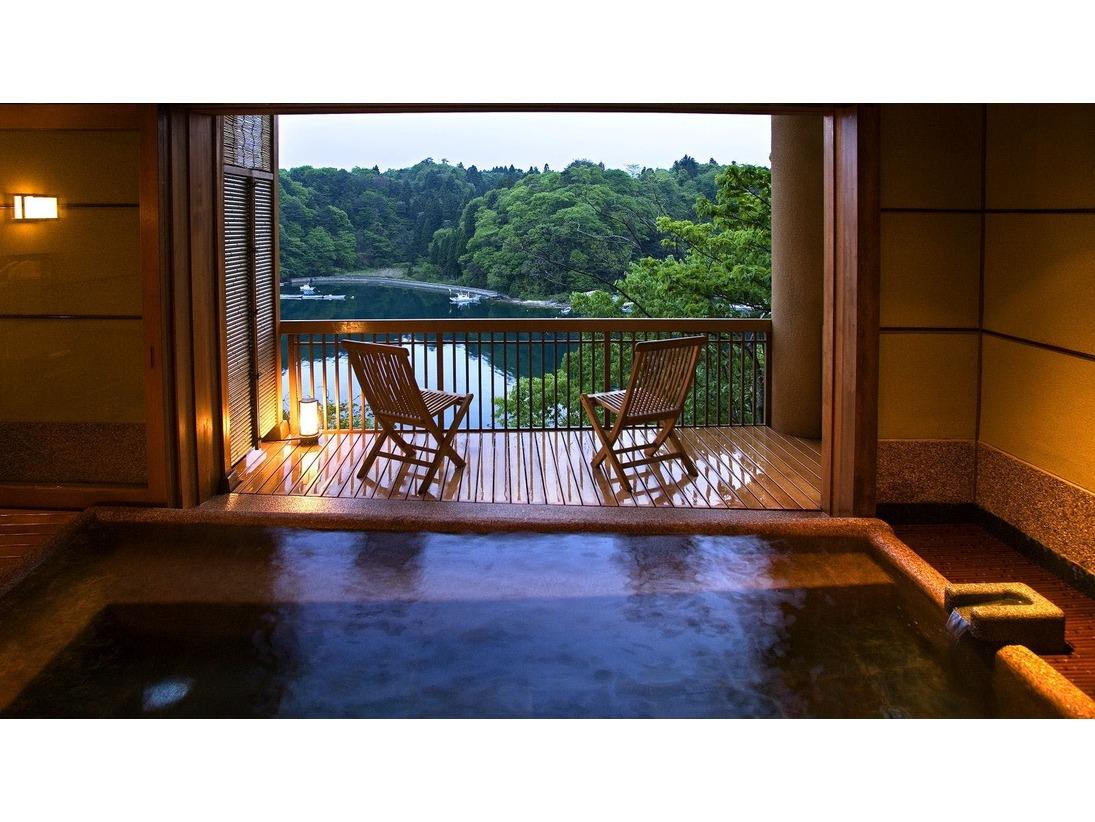 """【貸切露天風呂-漁火】眼下に広がる日本百景・九十九湾の美しいパノラマ。「美しい景色を眺め、心ゆくまで湯の贅を堪能する」そんな""""時を忘れる癒し""""に包まれる時。誰にも邪魔されない贅沢なひとときがお楽しみいただけます。"""