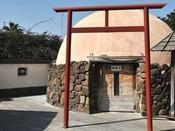 【元禄風呂】露天風呂にある粘土造りの釜風呂。炭焼き釜風の釜風呂を模して、入口が小さく造られております。