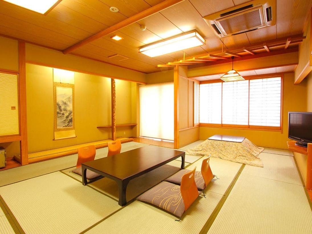 お部屋は15畳、純和風の落ち着いた雰囲気の造りとなっております。