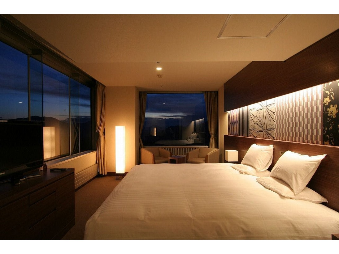 2室限定の最高ランクの客室コーナールームと心が休まるサイドルームのコネクティングルームこだわりを感じさせるワンランク上の調度品やオリジナルの家具シモンズ社のベット、座り心地の良いオリジナルチェア通常2ベッドルームを、最大4ベッドまで対応可