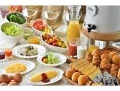 1階オールデイダイニング「カリフォルニア」の朝食バイキングは、シェフがご注文をいただいてからお1人様ずつお料理をご提供するライブキッチンコーナーがおススメ!その他幅広い層のお客様にお楽しみいただけるメニューをご用意しております。