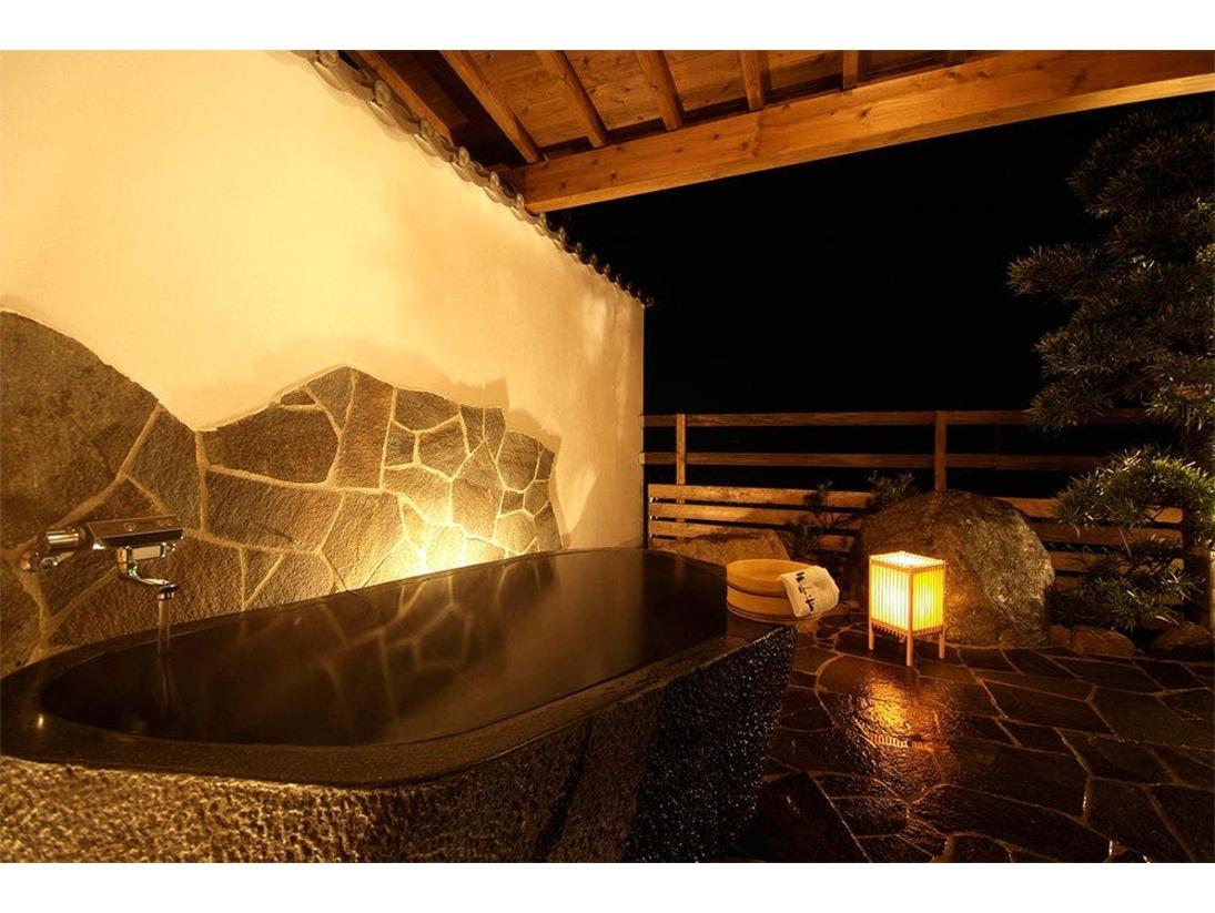 【露天風呂付和室】天然石でできた豪華な露天風呂付のお部屋。安らぎにあふれる客室で旅の疲れを癒し、ごゆっくりお過ごしください。※客室のお風呂のお湯は温泉ではございません。