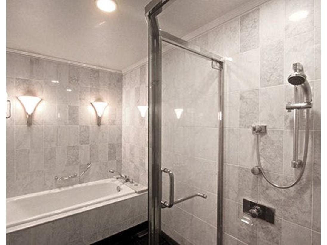バスルームは全室バスタブとシャワーブースがセパレート