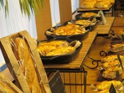 12月23日、大谷山荘2階に館内で焼き上げる「THE BAKERY」がオープンいたしました。低温長時間発酵をしているため、小麦の風味をたのしめます。おすすめは、まるごと一本味わえる「長萩和牛ソーセージパン」や「百姓の塩」を使った「塩パン」。素朴な味わいをぜひ