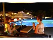 夜にはライトアップする屋外プール