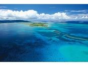 珊瑚礁に浮かぶ小浜島