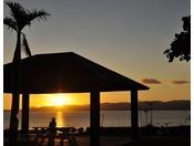 西表島に沈む夕陽(サンセット広場)