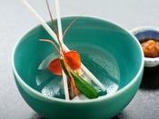 ◆夕食◆イセエビを大胆に、目にも華やかに使用。養殖は一切使わず、食を究めた一品