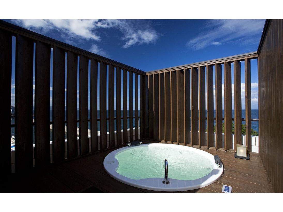 ≪温泉露天風呂付オーシャンスパテラスルーム≫ジャグジータイプのプライベート露天風呂付き客室