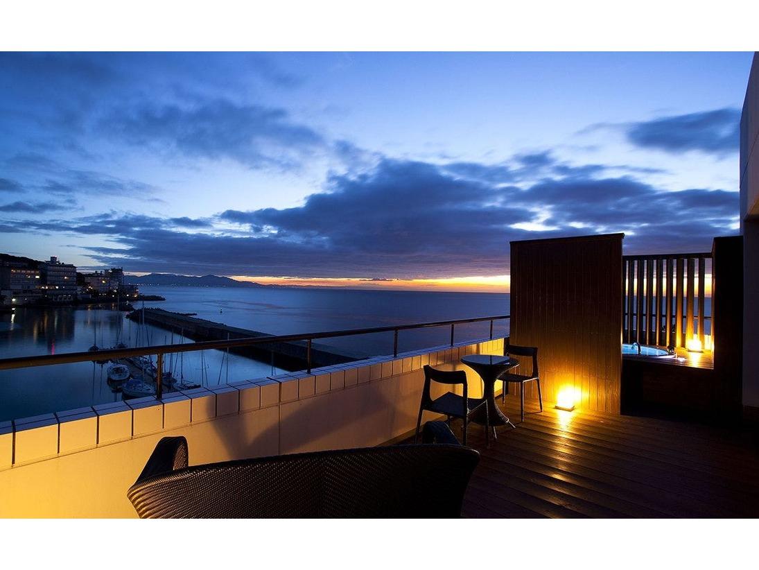 ≪温泉露天風呂付オーシャンスパテラスルーム≫温泉に浸かりながら海と空を一望する絶景をお愉しみ頂けます