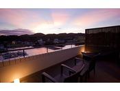≪温泉露天風呂付ハーバースパテラスルーム≫三熊山に沈みゆく夕陽をプライベートデッキから