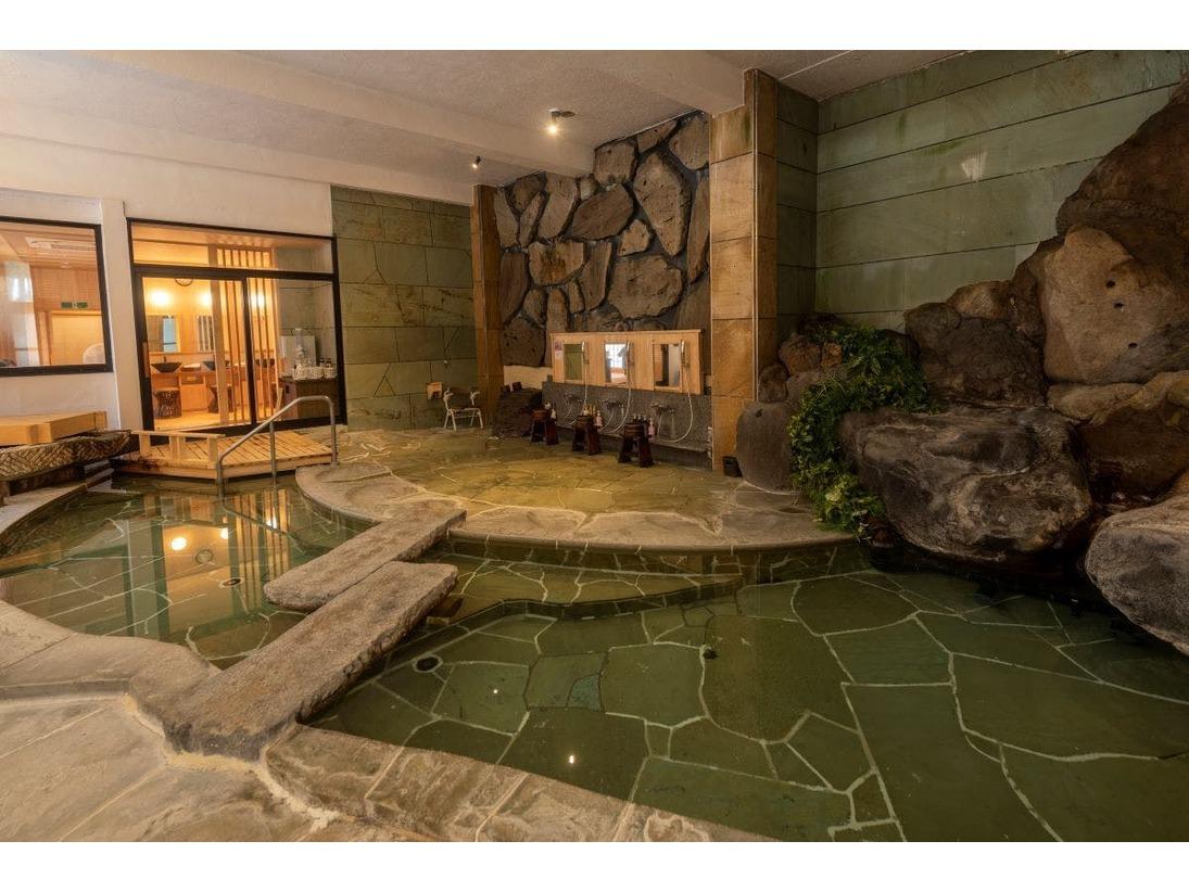 【大浴場:内風呂】「菊風呂」入口には大きな菊紋、桂川のせせらぎを聞きながら時を過ごす(男女入替制)