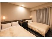 本館ツインルーム(客室面積16平米)シーリー社製110cm幅のベッドが2台あります。ご家族やお友達との宿泊にピッタリです。